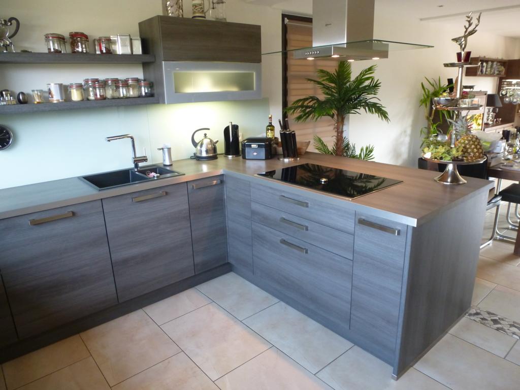 Küche in U-Form mit integrierter Kochinsel - THEISküchen